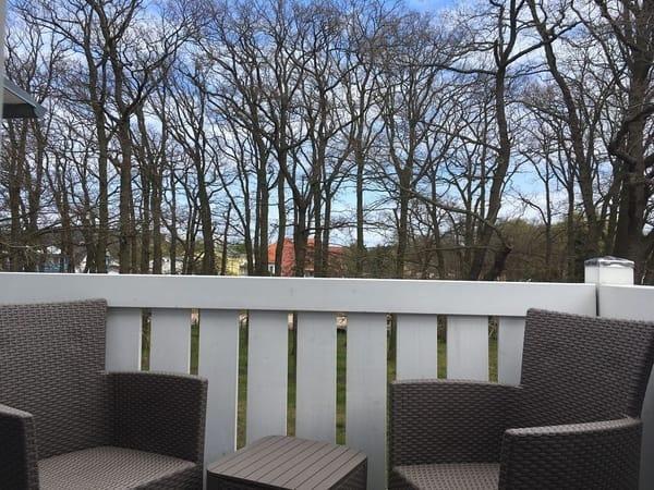 Balkon mit Stühlen und Tischchen