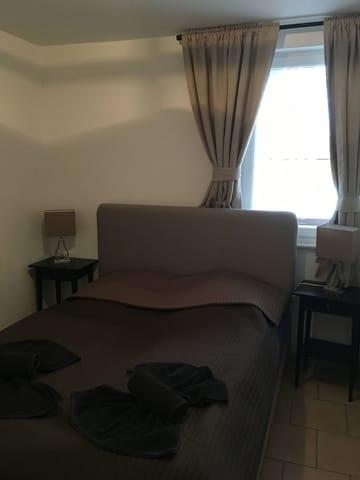 2 Schlafzimmer mit Boxspringbetten
