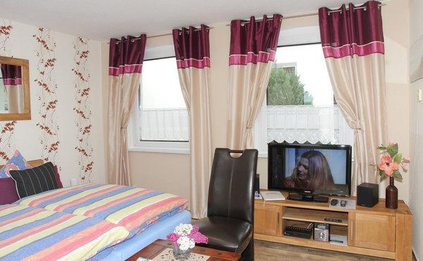 Wohn-Schlafraum mit Fernseher