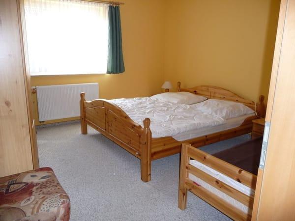 Schlafzimmer mit Doppelbett und Einzelbett