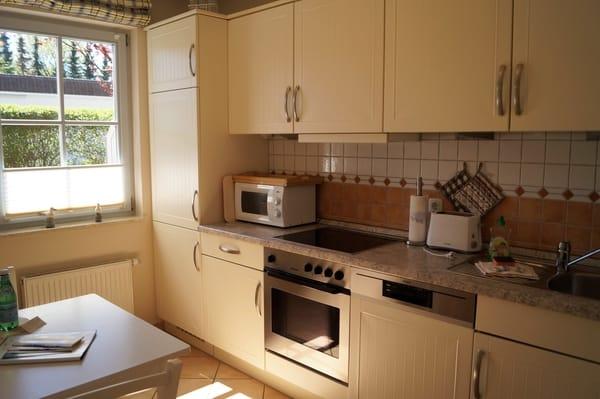 Voll ausgestattete Küche mit Backofen und Mikrowelle