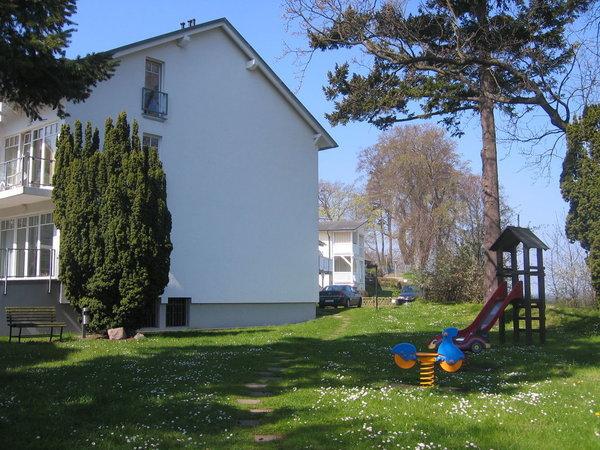 Im schönen Garten mit altem Baumbestand und einer großzügigen Rasenfläche finden Sie gleich neben der Wohnung einige Kinderspielgeräten.