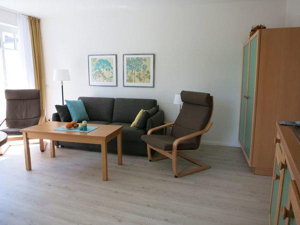 Der Schrank im Wohnbereich bietet ausreichend zusätzlichen Stauraum. Die Couch lässt sich zu einem komfortablen Doppelbett (1,50 m breit) für 2 weitere Personen ausklappen.