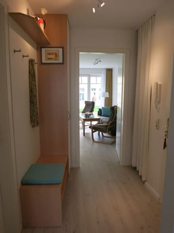 Die Einbaugarderobe in der Diele bietet viel Stauraum. Der Abstellraum für Gartenmöbel, Gästematratze usw. ist durch einen Vorhang abgetrennt.