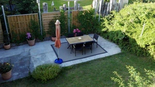 Terrasse mit Grill und Sitzmöbeln