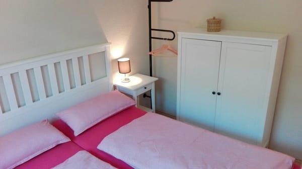 Schlafzimmer mit Doppelbett 1,60 m x 2,00 m