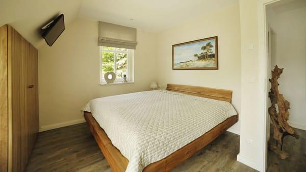 Schlafzimmer 2 mit Doppelbett und Balkon im OG