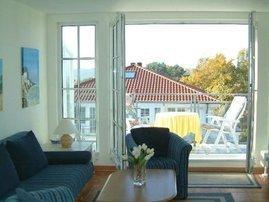 Wohnzimmer und Balkon mit Blickrichtung Schmachter See