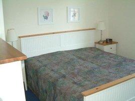 Schlafzimmer mit bequemem Doppelbett