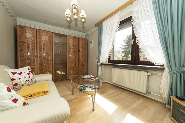 Kleines Wohnzimmer mit Schlafcouch