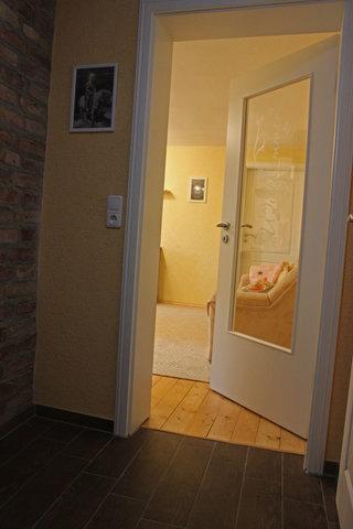 Flur mit Tür zum Wohnbereich