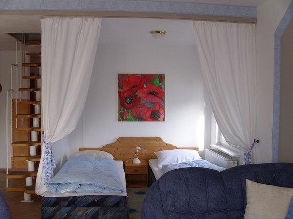 Schlafbereich unten mit Treppe zum Spitzboden