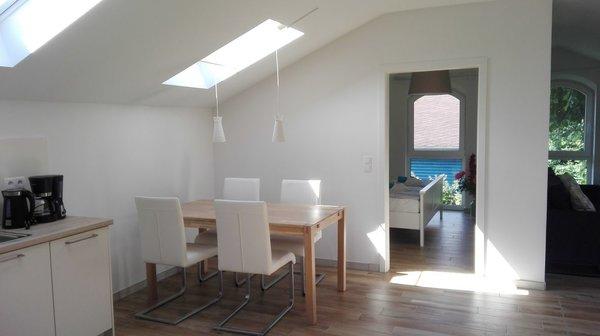 Blick von der offenen Küche zum Essbereich und Schlafzimmer