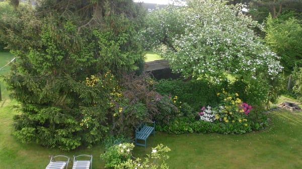 ...im Garten, links Wäscheplatz und Liegewiese