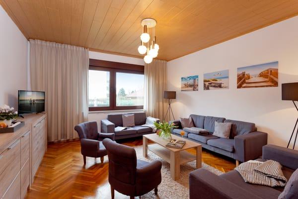 Auf 130 m² erwartet unsere Gäste ein Mix aus Retro, Vintage und Moderne. Das Haus verfügt auf zwei Ebenen verteilt über insgesamt 4 Schlafzimmer mit je Doppelbett.