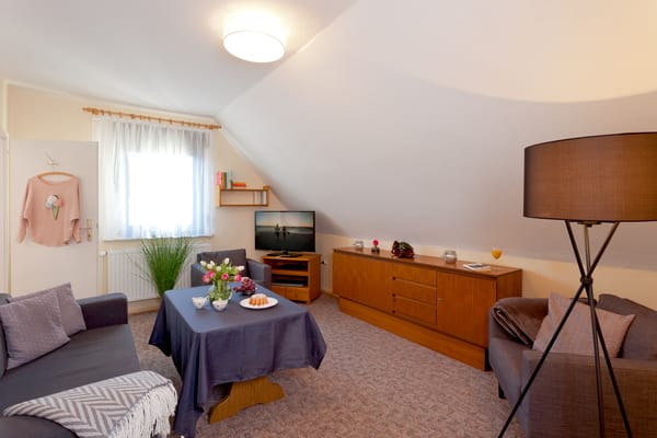 Über eine Treppe gelangen Sie in den oberen Bereich des Hauses, der aufgrund seiner Möblierung und zwei abschließbaren Türen wie ein separates kleines Appartement betrachtet werden kann.
