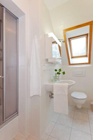... Bad en Suite mit Dusche, WC und einem Haartrockner. Vom Flur des oberen Bereiches abgehend befindet sich ein separates WC.