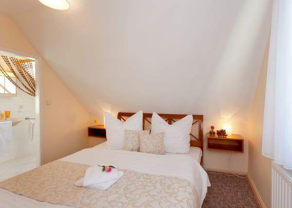 Das Wohnzimmer verfügt über gemütliche Sitzmöbel, Flat-TV, einem angrenzendem Schlafzimmer mit Doppelbett (180x200cm) ...