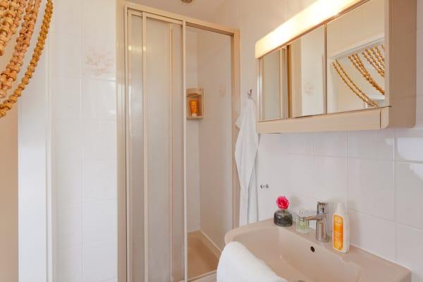 ... sowie über ein Bad mit Dusche. Zwei PKW-Stellplätze vor dem Haus sowie ein kostenfreier WLAN Anschluss komplettieren den Urlaubsgenuss.