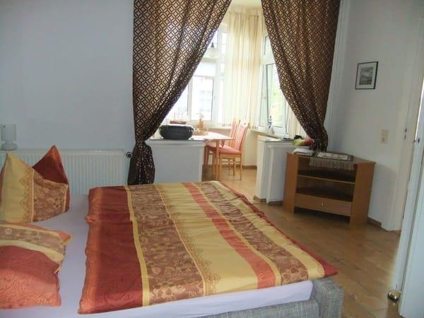Schlafzimmer mit Blick auf die Veranda