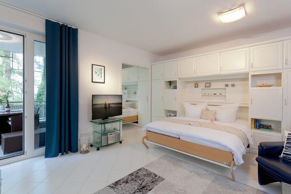 Das komfortable Schrankbett (160 x 200cm / zwei getrennte Matratzen) im Wohnbereich, dass Sie für die Nachtruhe im Handumdrehen ...