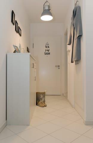 Vom Flur des Appartements haben Sie Zugang zu dem modernen Wohnbereich ...