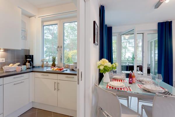 Die Küche, die Sie vom Wohnbereich erreichen, ...