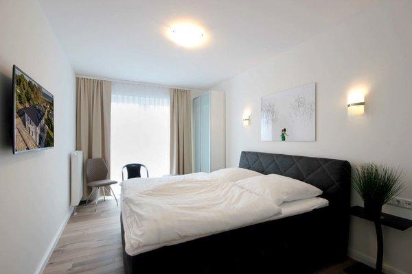 1. Schlafzimmer mit Boxspringbett und Balkon