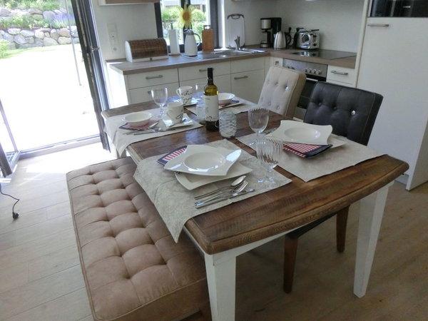 Tafeln Sie entspannt am großen Tisch
