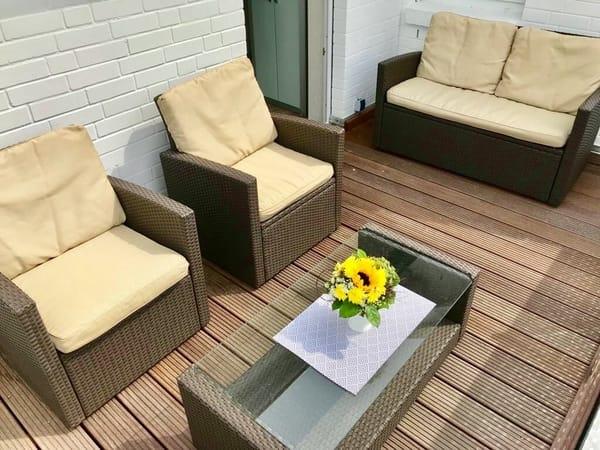 Großer 12 m² Südbalkon mit Loungemöbel und Sonnenschirm
