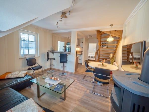 Blick ins gemütliche und liebevoll eingerichtete Wohnzimmer