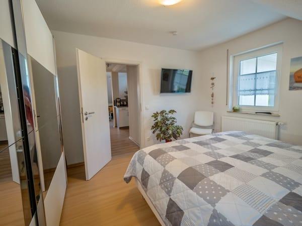 Schlafzimmer mit großem Schrank und Fernseher
