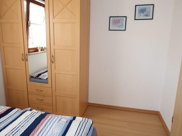 Schlafzimmer mit Kleiderschrank( unten)