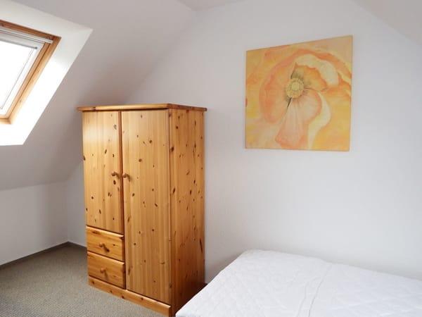 offene Gallerie mit Schlafbett / Kleiderschrank