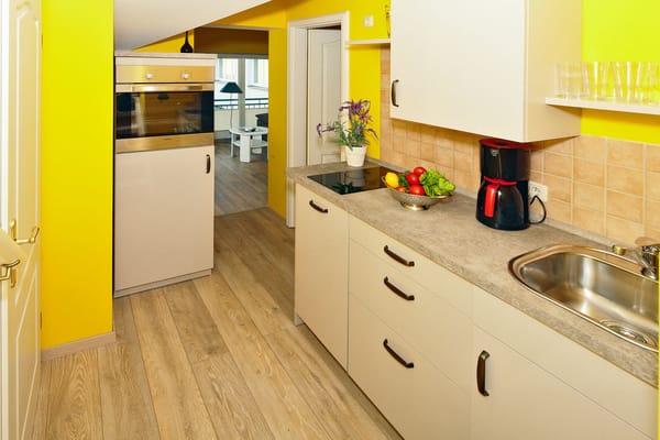 In der offenen gestalteten Küche können Sie sich all Ihre Lieblingsspeisen zubereiten – und anschließend den Geschirrspüler bequem den Abwasch erledigen lassen.