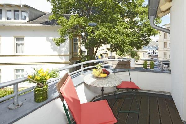 Auf dem nach Osten ausgerichteten Balkon können Sie einen erlebnisreichen Urlaubstag bei einem Glas Wein ausklingen lassen.