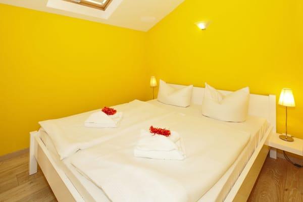 In den zwei separaten Schlafzimmern können Sie sich zur Nachtruhe zurückziehen. Ein Schlafzimmer mit einem bequemen Doppelbett (160x200cm) ...