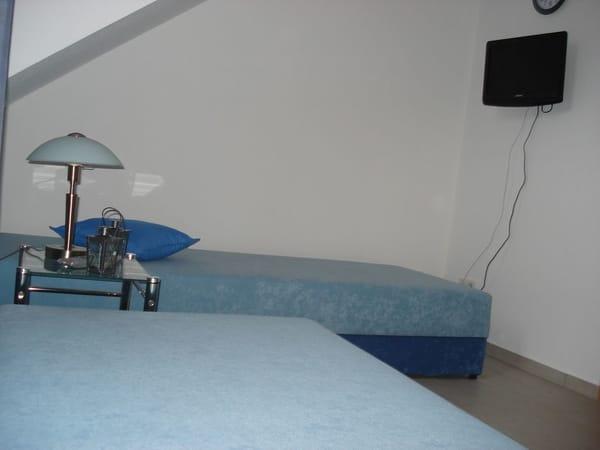 Ein kleines Flachbildfernsehgerät mit integriertem DVD-Player gehört ebenfalls zur Ausstattung des zweiten Schlafzimmers.