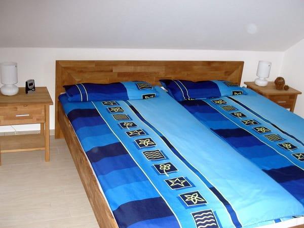 Die Wohnung verfügt über zwei Schlafzimmer. Das erste Schlafzimmer ist mit einem Doppelbett und einem geräumigen Schrank ausgestattet.
