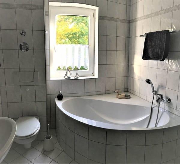 Badezimmer mit großem Tageslichtfenster