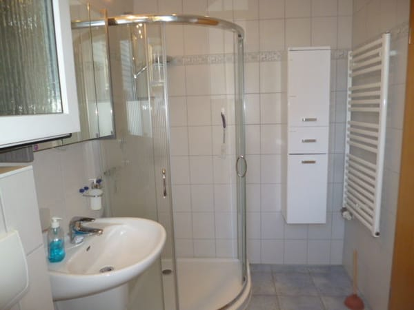 Bad mit flacher Dusche