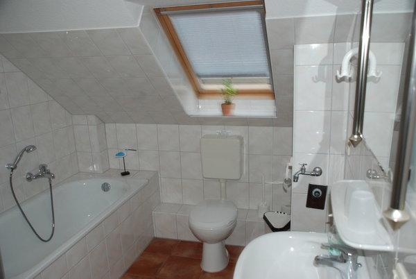 Bad mit Dusche, Badewanne, WC und Münzwaschmaschine