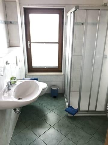 Bad mit Duschbereich und WC