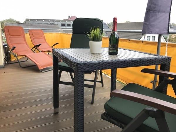Balkon mit Sitzgelegenheit und Sonnenliegen