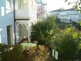 Blick auf Terrase und Balkon der Maisonette-Wohnung Sanddorn