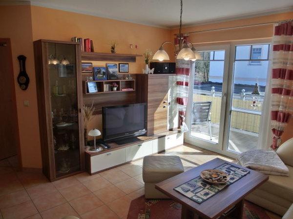 Wohnzimmer mit TV und Balkon