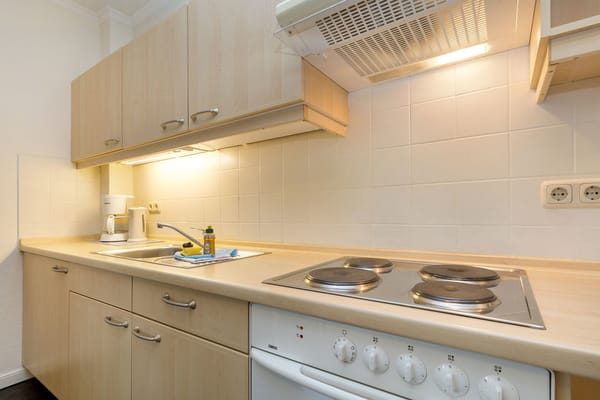 Die Küchenzeile mit 4-Plattenherd, Backofen, Kühlschrank mit Gefrierfach, Kaffeemaschine, Wasserkocher, Toaster, Geschirr etc.