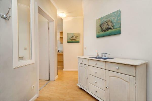 Hier der Bick in den Eingangsbereich: die Tür links führt in das Schlafzimmer, geradeaus gelangt man ins Wohnzimmer.