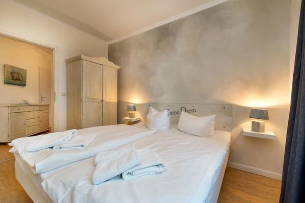 Das Schlafzimmer ist ausgestattet mit Kleiderschrank und Doppelbett.