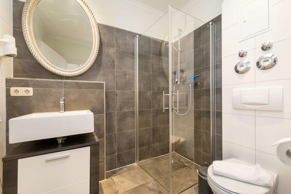 Das schöne neue Bad bietet Fön, Echtglasdusche und WC.